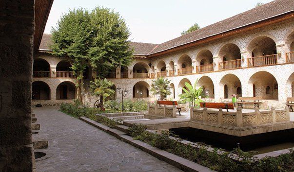 istoriko-arhitekturnij_kompleks_karavan-saraj-Sheki